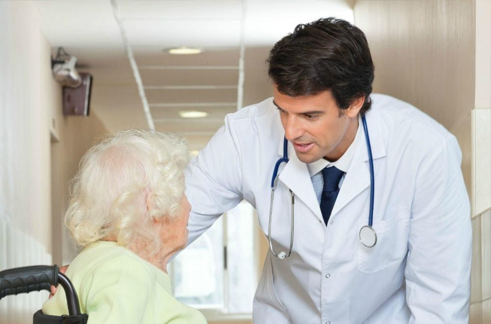 medico fala com idos em cadeira rodas_2