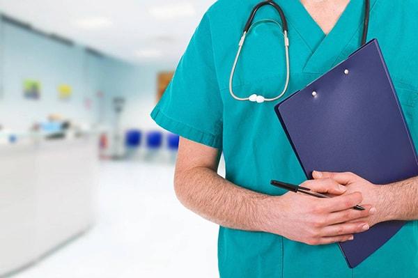 medico segura processo nos bracos