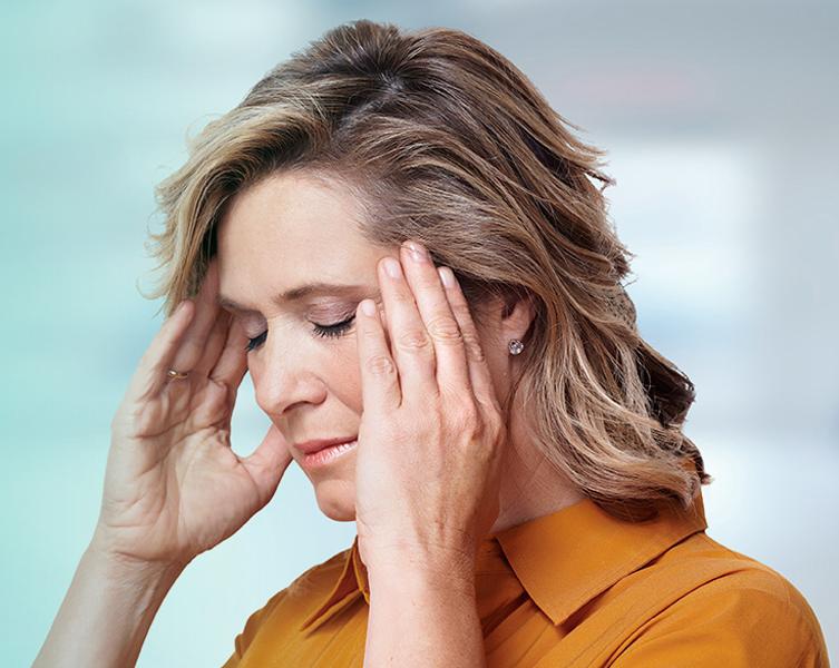 mulher com dor de cabeca