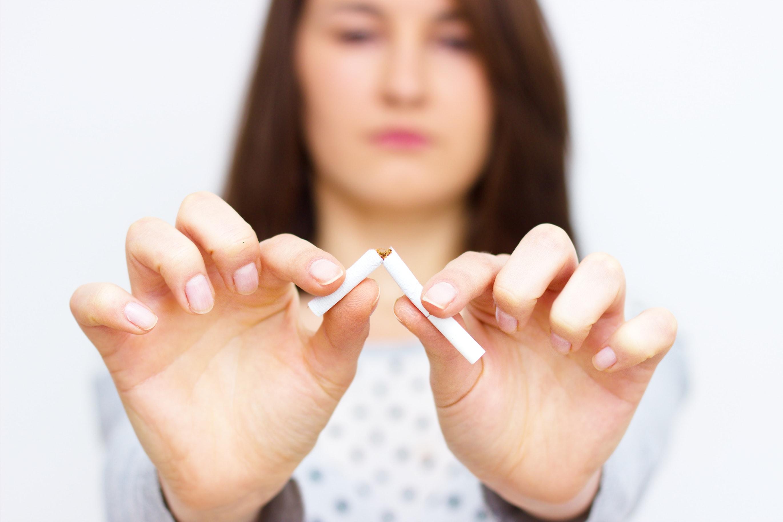 mulher partir cigarro