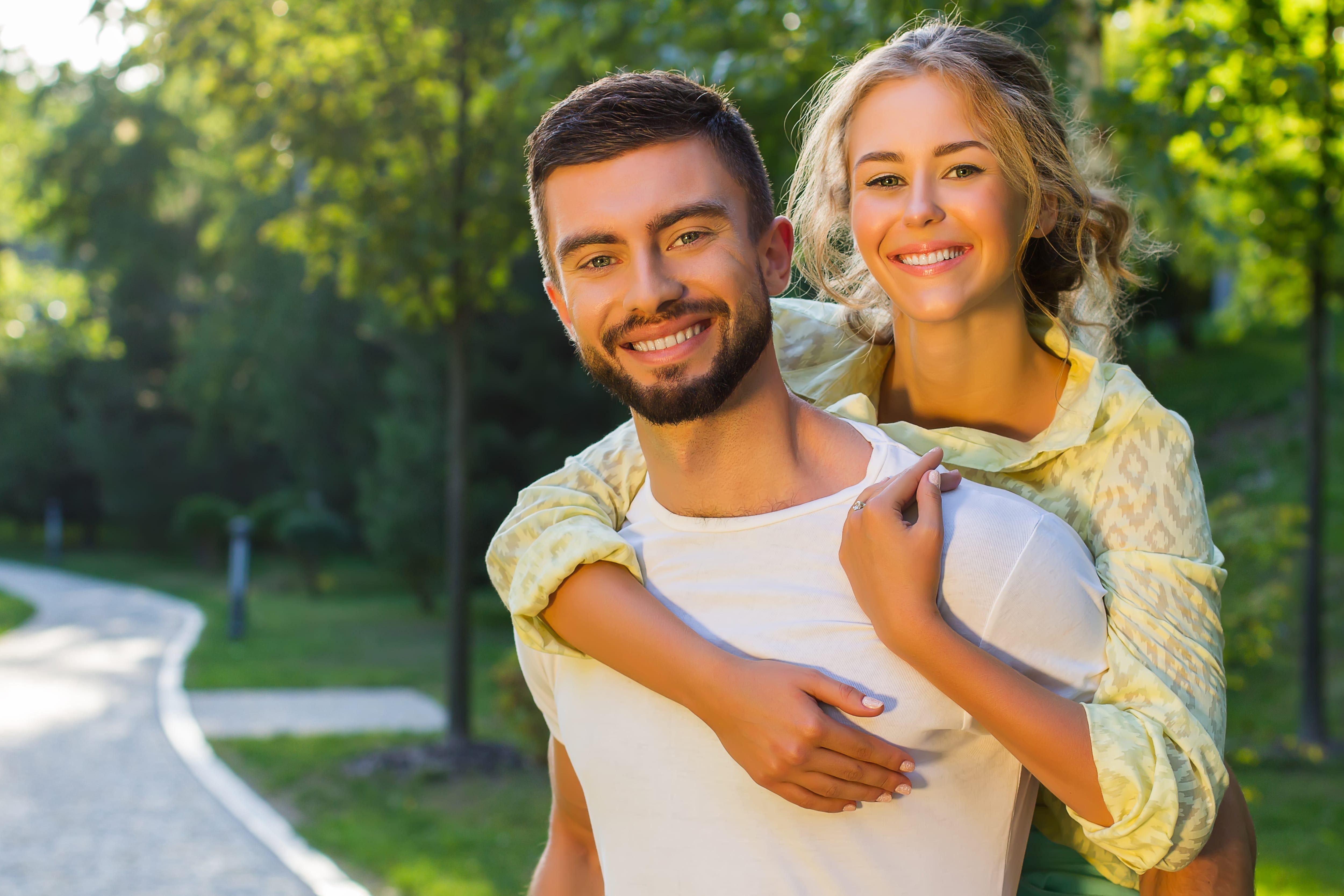 novo casal a sorrir
