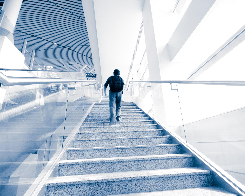 crianca subir escadas de hospital