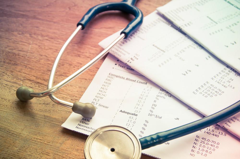 estetoscopio e receitas na mesa