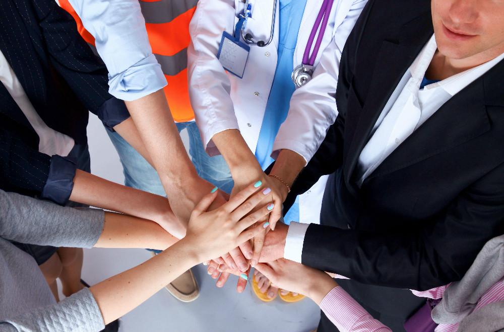 medicos com maos unidas
