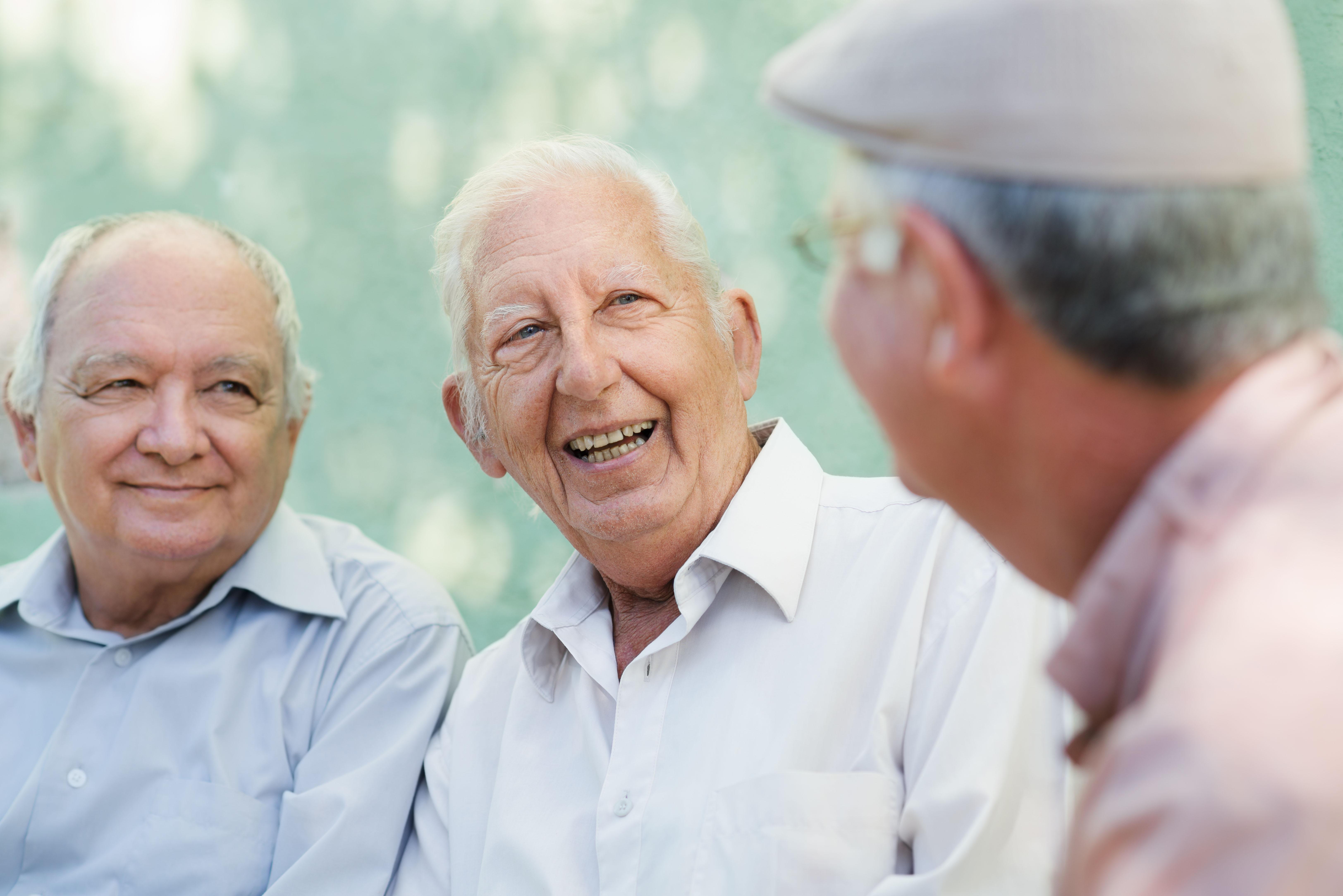 3 idosos a conversar