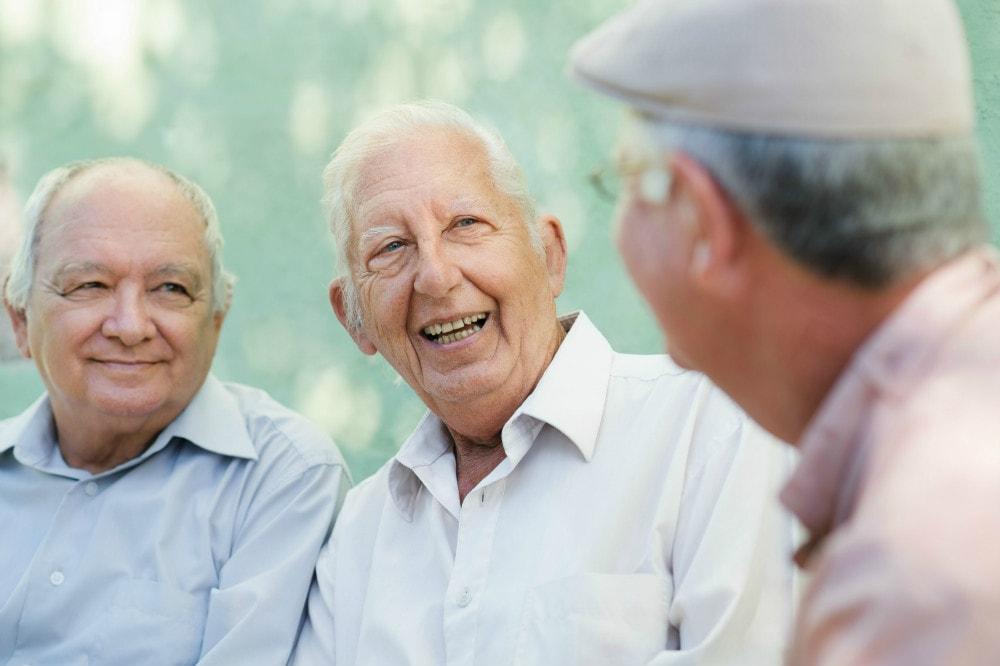 idosos a falar