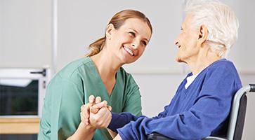 enfermeira e idosa