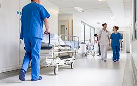 corredor de hospital com medicos e enfermeiros